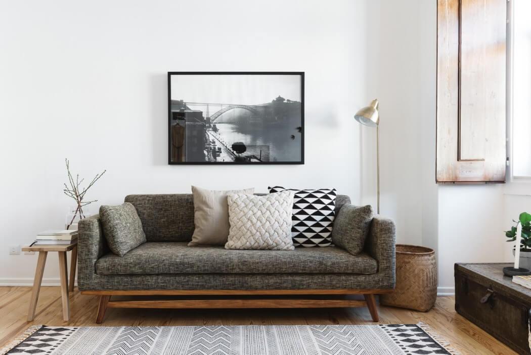 Nội thất phòng khách với sofa màu ghi xám nổi bật trên nền màu trắng, điểm vào đó là bức tranh trang trí tạo nên vẻ hoài cổ